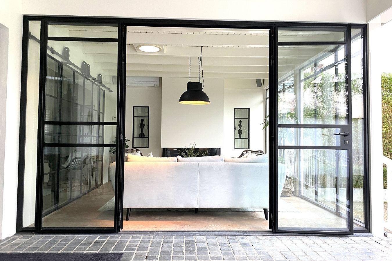 stalen vouwdeuren showroom stalendeurenhuys - 2 deuren open