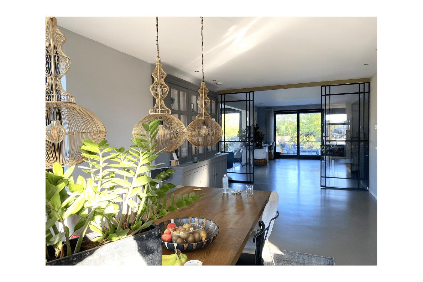 Luxe stalen schuifdeur als roomdivider in modern interieur